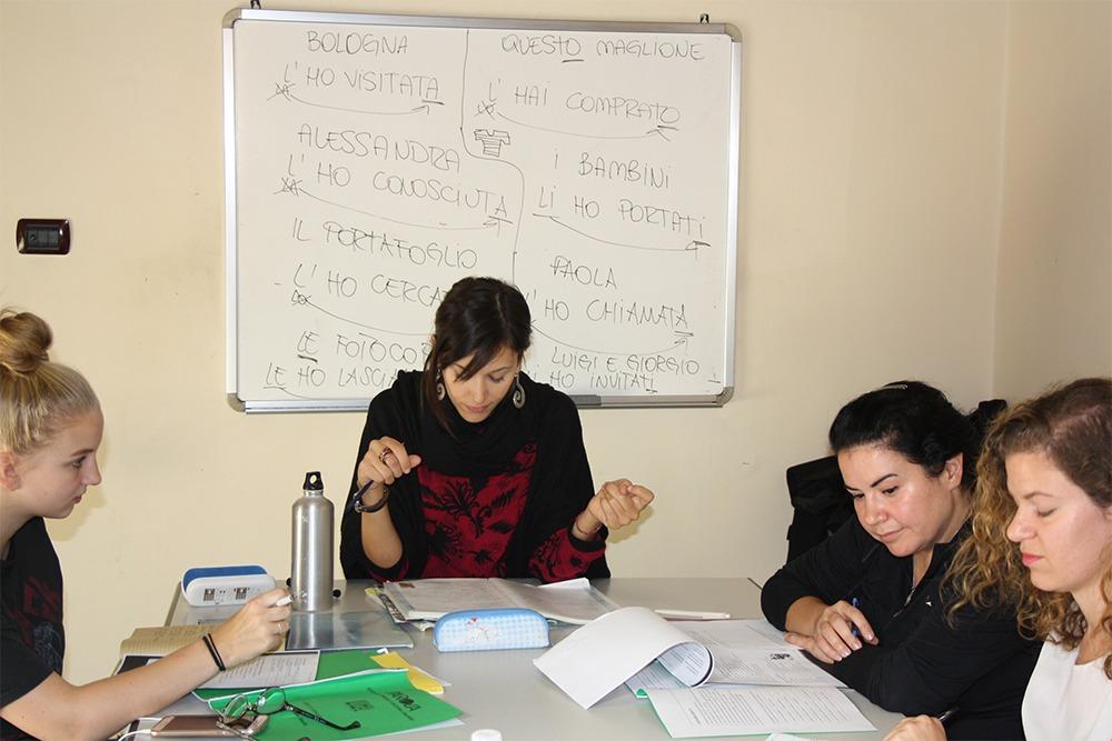 Studentesse di italiano con l'insegnante