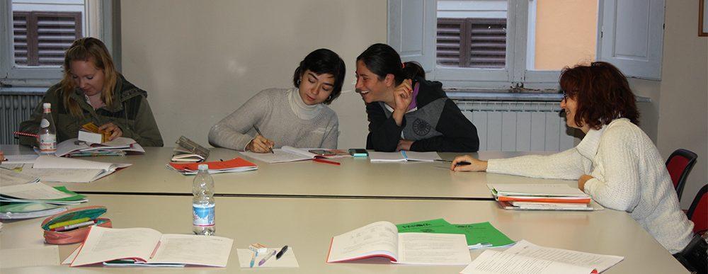 Ragazze ridono in una lezione di lingua italiana a Firenze