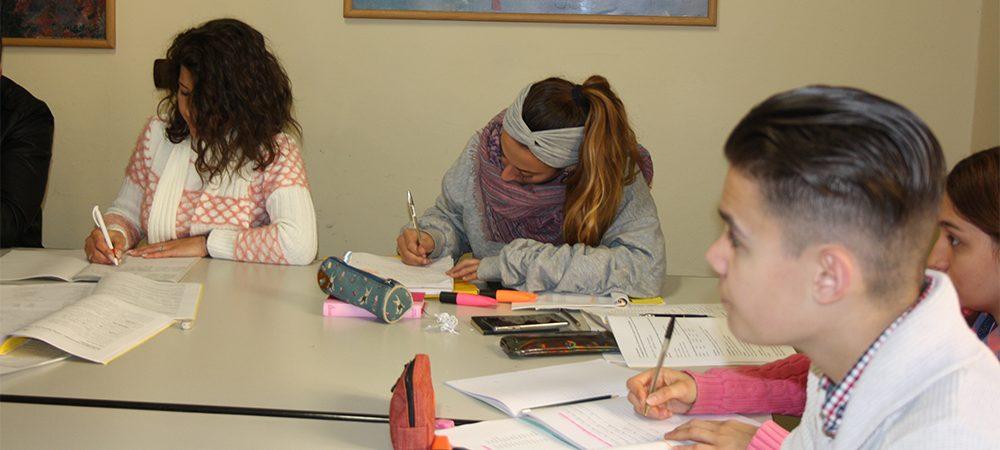 Studenti che seguono una lezione di lingua italiana a Firenze