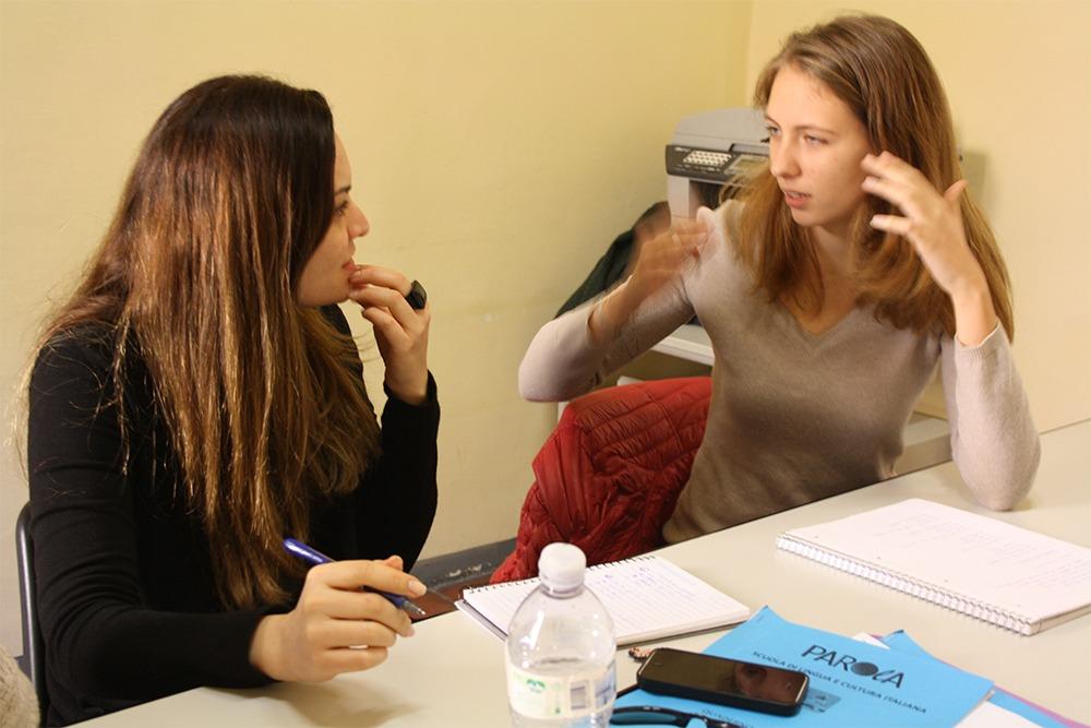 Studenti che parlano in una classe di lingua