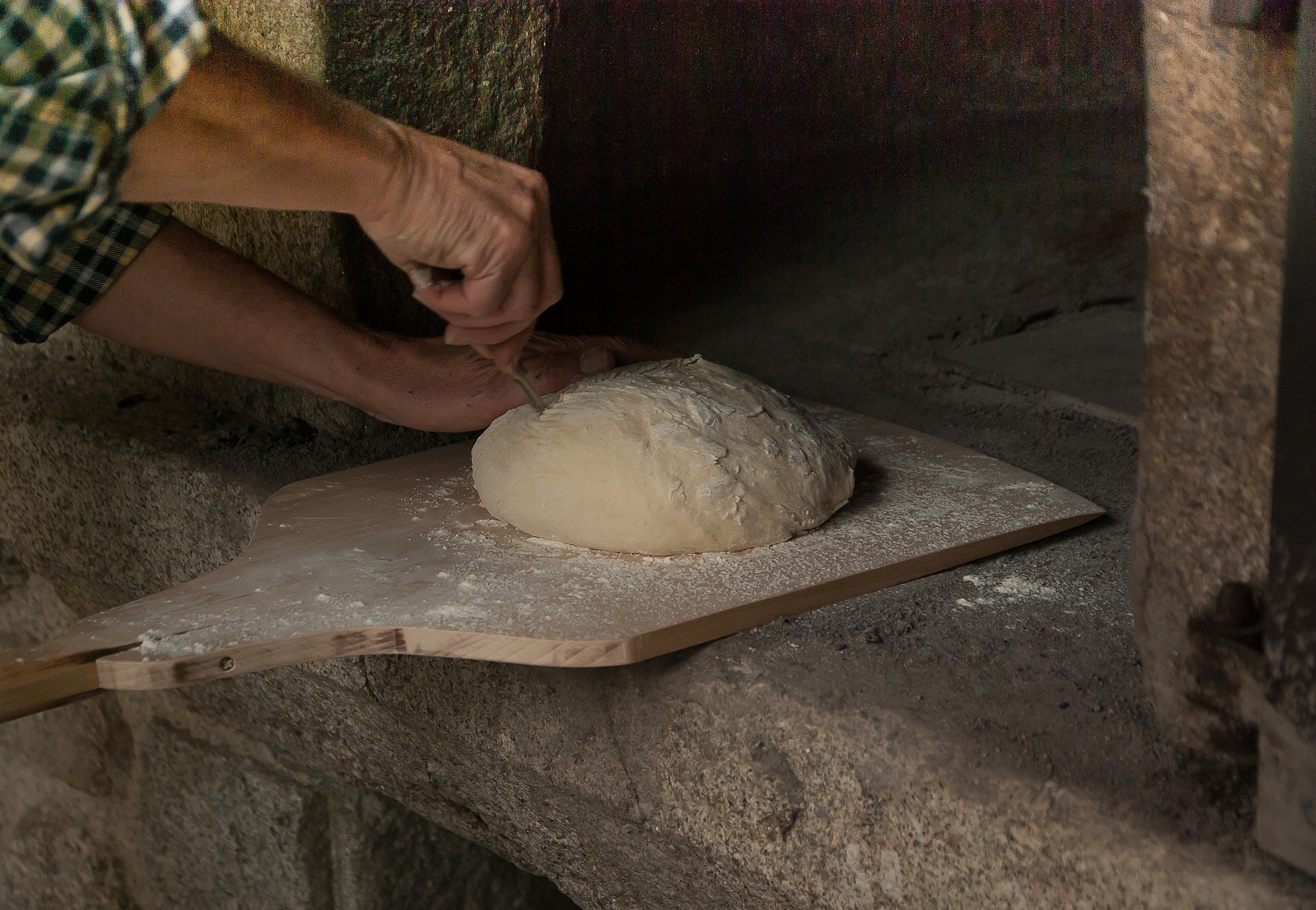Homem fazendo pão