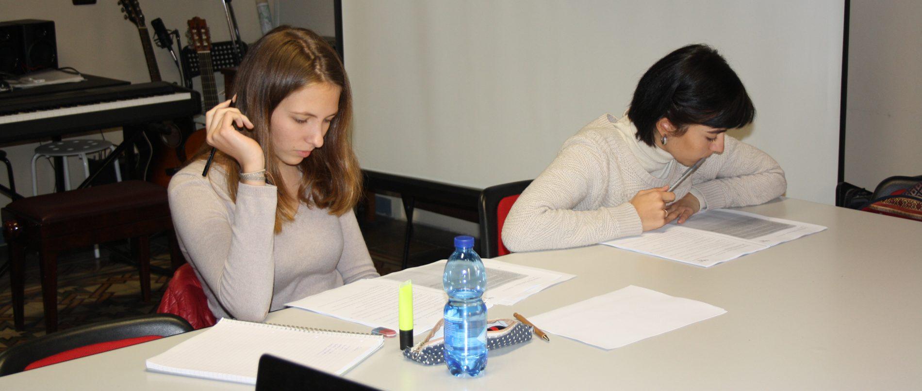 Ragazze studiano la lingua italiana