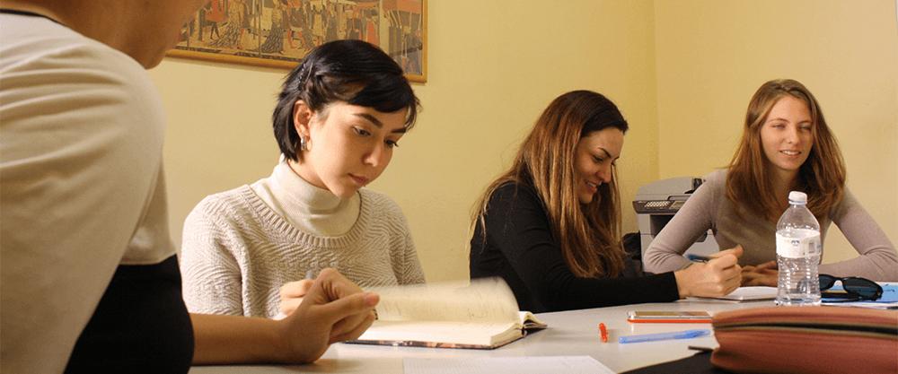 Ragazze che studiano italiano alla scuola Parola di Firenze