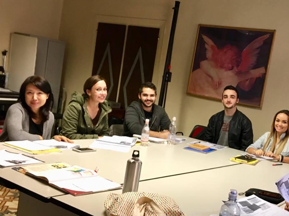 Gruppo di studenti durante la lezione di di italiano