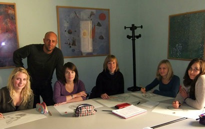 Au Pair students in a drawing class in Florence