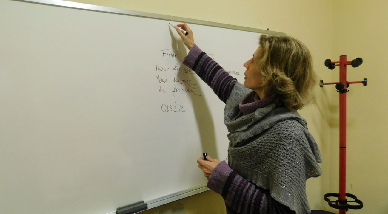 Woman teaches a language in Florence