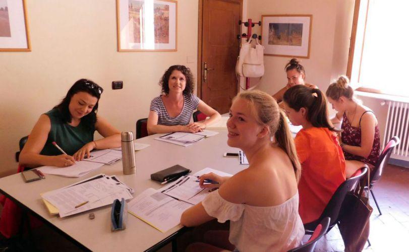 Studentesse in una classe di lingua italiana a Firenze