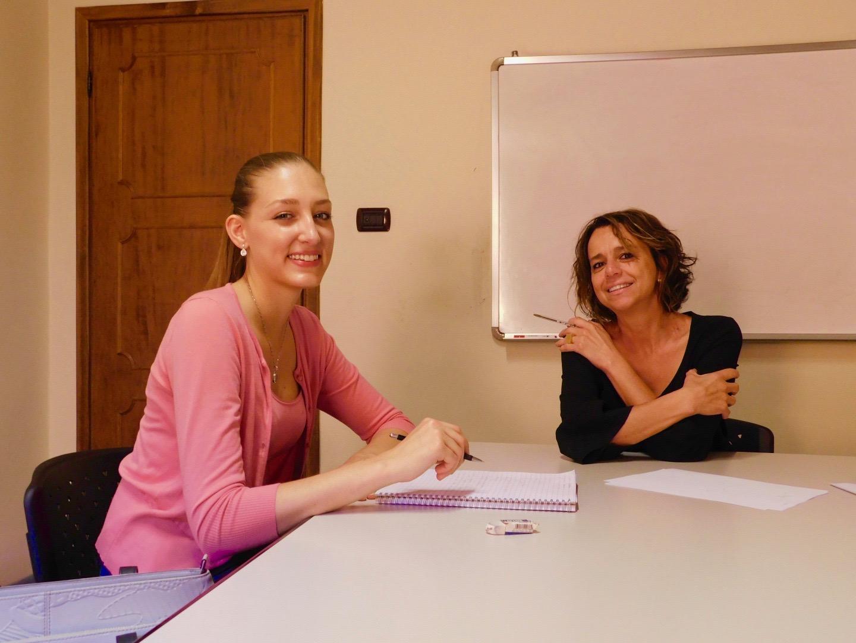 Studentessa con l'insegnante di italiano alla scuola Paorla