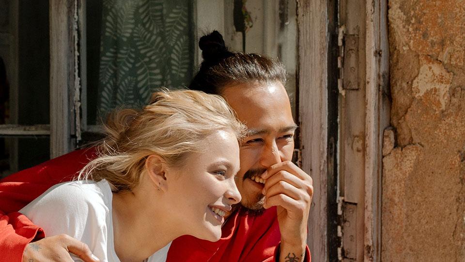 Studenti di lingua italiana si abbracciano felici